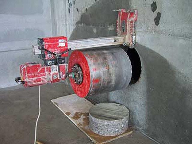 Machine qui effectue le perçage par carottage du béton