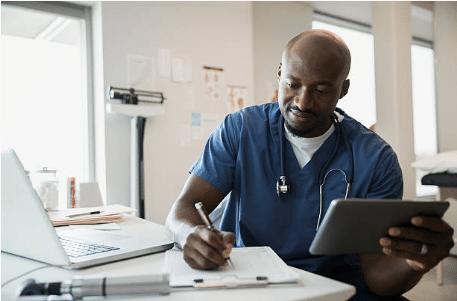 médecin et matériel informatique