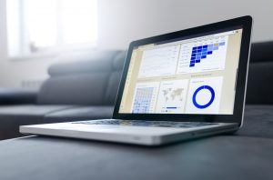ordinateur présentant des graphiques et statistiques