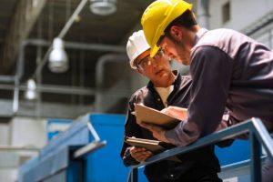 Ouvriers en train de discuter dans un bâtiment industriel