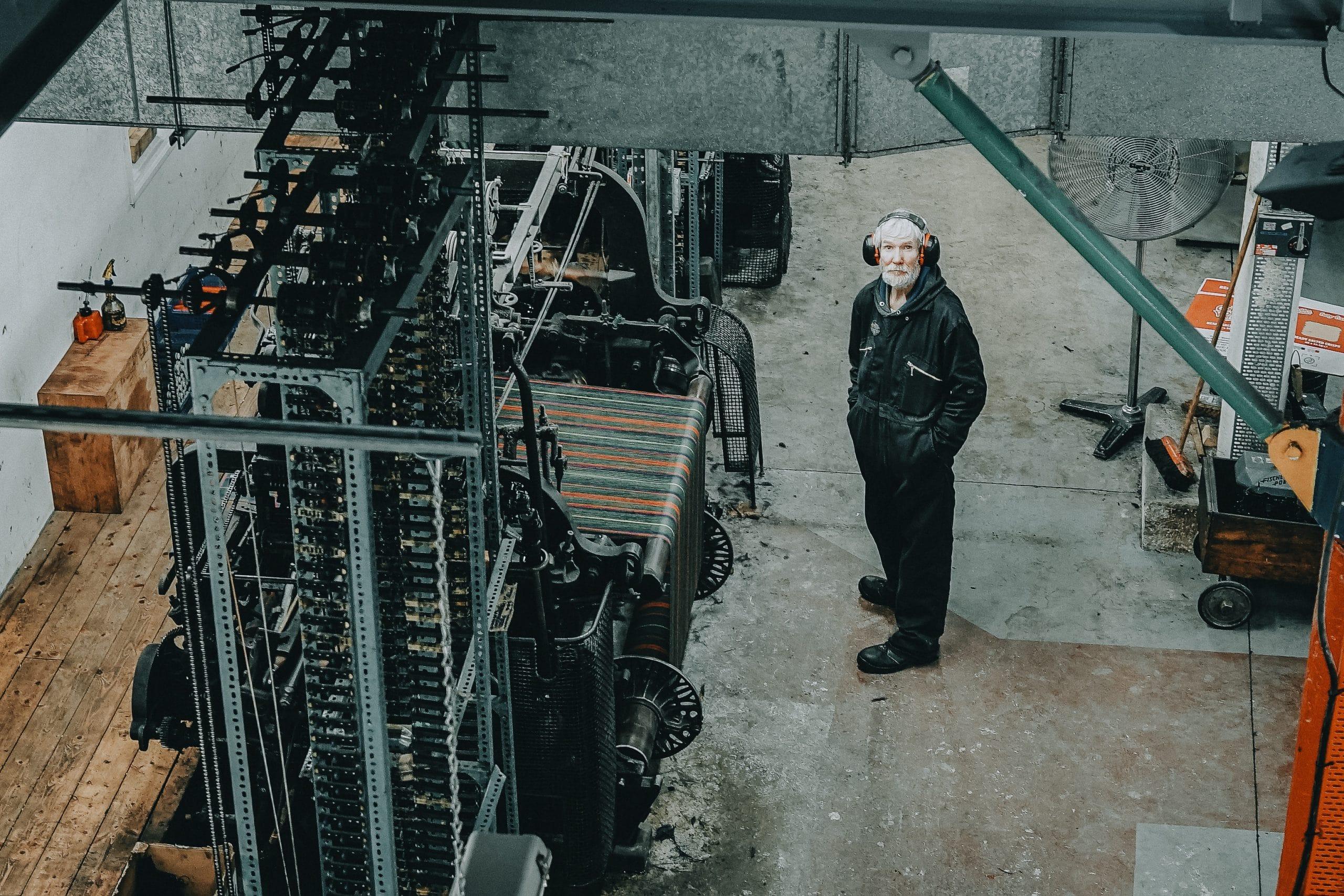 Vieil hommedans une usine