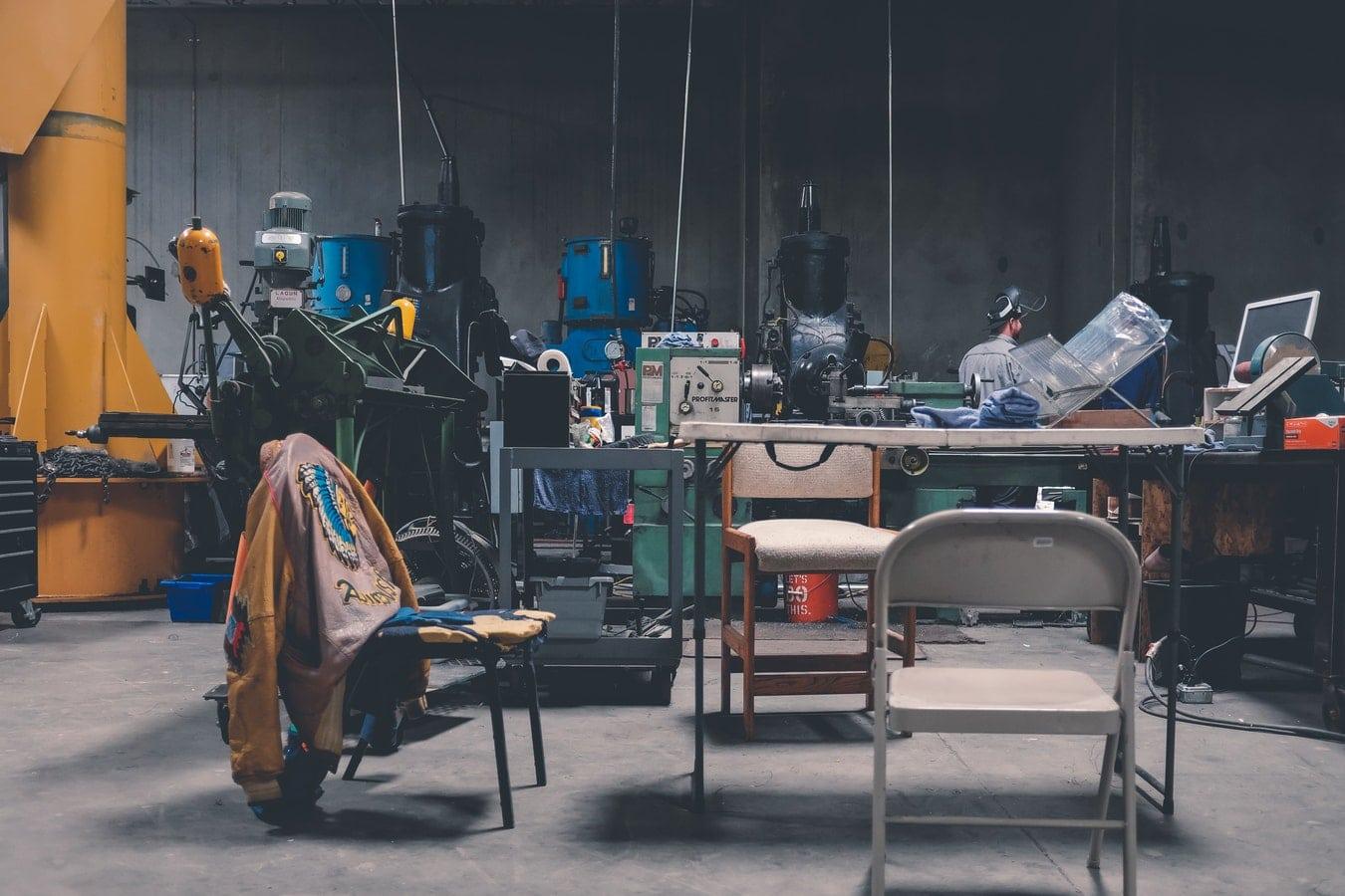 Atelier industriel rempli de machines de production et d'outils