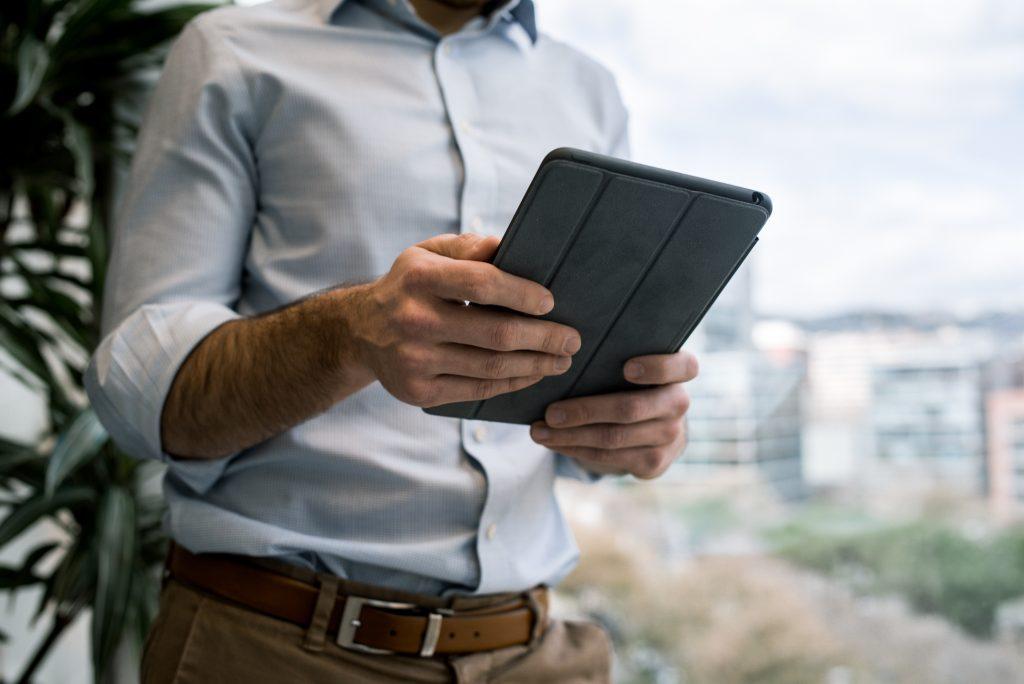 Homme au travail avec tablette